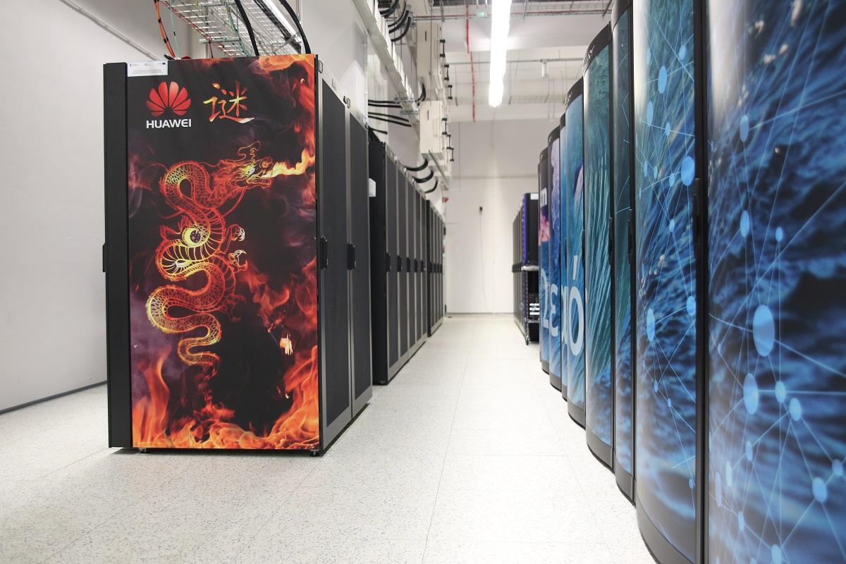 Zdjęcie Enigmy (Huawei) i Okeanosa (Cray XC 40) w Centrum Technologii ICM