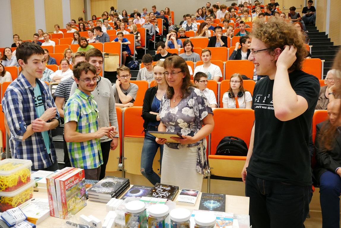 Matematyka dla Ciekawych Swiata 2017 uczestnicy odbieraja nagrody